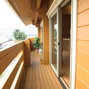 2階のバルコニーには耐久性が高い ウリン材を使用