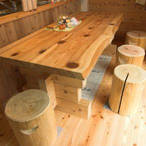 熊本での現地見学の際にオーダーした 小国杉のテーブル。 杉特有の木目がログハウスにマッチしている