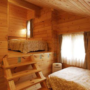 ビルトイン・ガレージ上のスペースには寝室と書斎を作って有効活用