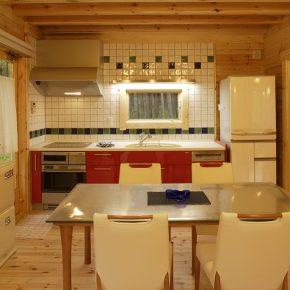 奥様がこだわった赤いキッチン。 白いタイルと共にパインのインテリアのポイントに