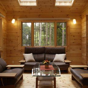 リビングルームは傾斜天井に 大きな天窓がつけられ、 吹き抜けのような開放的な雰囲気