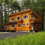家族全員で使えるオープンな間取りの片流れ屋根のログハウス