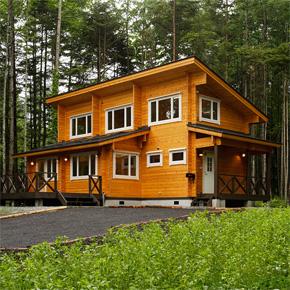家族全員で使えるオープンな共有スペースのある片流れ屋根のログハウス