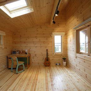 2階の各個室やフリースペースにはドーマーや 天窓を設けて、明るい陽溜まりの空間に