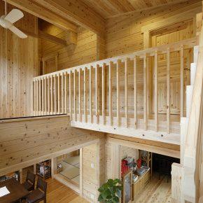 階段の踊り場からの眺め。家全体がオープンな 間取りで設計されていることがわかる