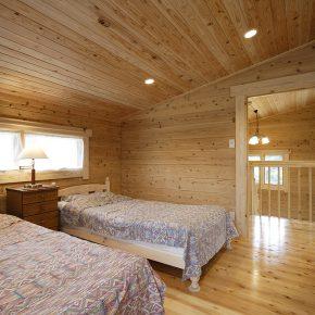 ベッドを2つ並べても余裕の広さの寝室