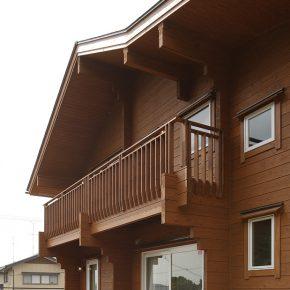 帰宅した家族の顔が見られる オープンな間取りの国産杉のログハウス