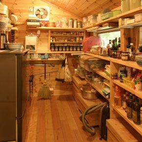 キッチンの北側に増築したパントリーには調味料やワインなどが並ぶ