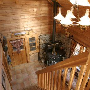 床の一部をタイルで仕上げ、 キッチンストーブも設置