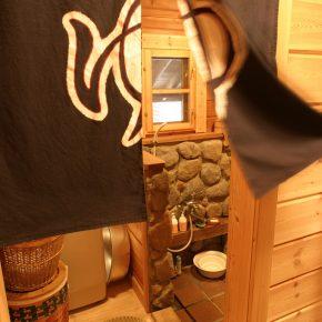 石(カルチャード・ストーン)を積み上げた浴室はまるで温泉のよう
