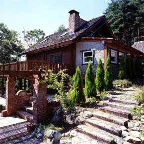 石と煉瓦とログが美しく調和する超個性的なログハウス