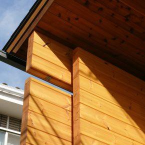 妻壁から付き出したログウォールの袖壁が、 外観のデザイン的なアクセントになっている