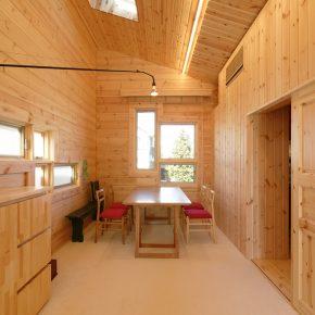 窓の形状やイスの赤といったディテールが 空間に洗練されたイメージを与えている