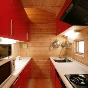 鮮やかな赤でコーディネートされたキッチン