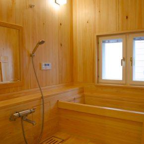 ゆったりとした浴室には檜のユニットバスを採用