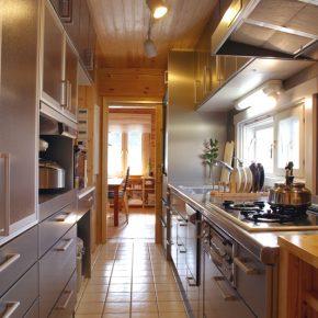使い勝手を考え2列にレイアウトされたキッチン