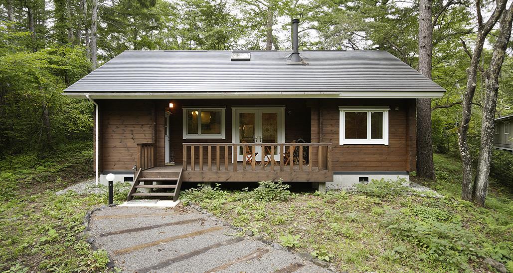 スッキリとしたデザインのログハウス。窓枠の白と壁面のブラウンが上品な雰囲気を醸し出す