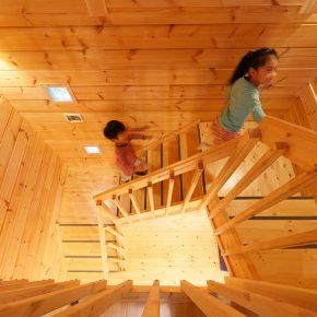 4人家族がゆったり使える間取りの総ログ総2階建ての都市型ログハウス
