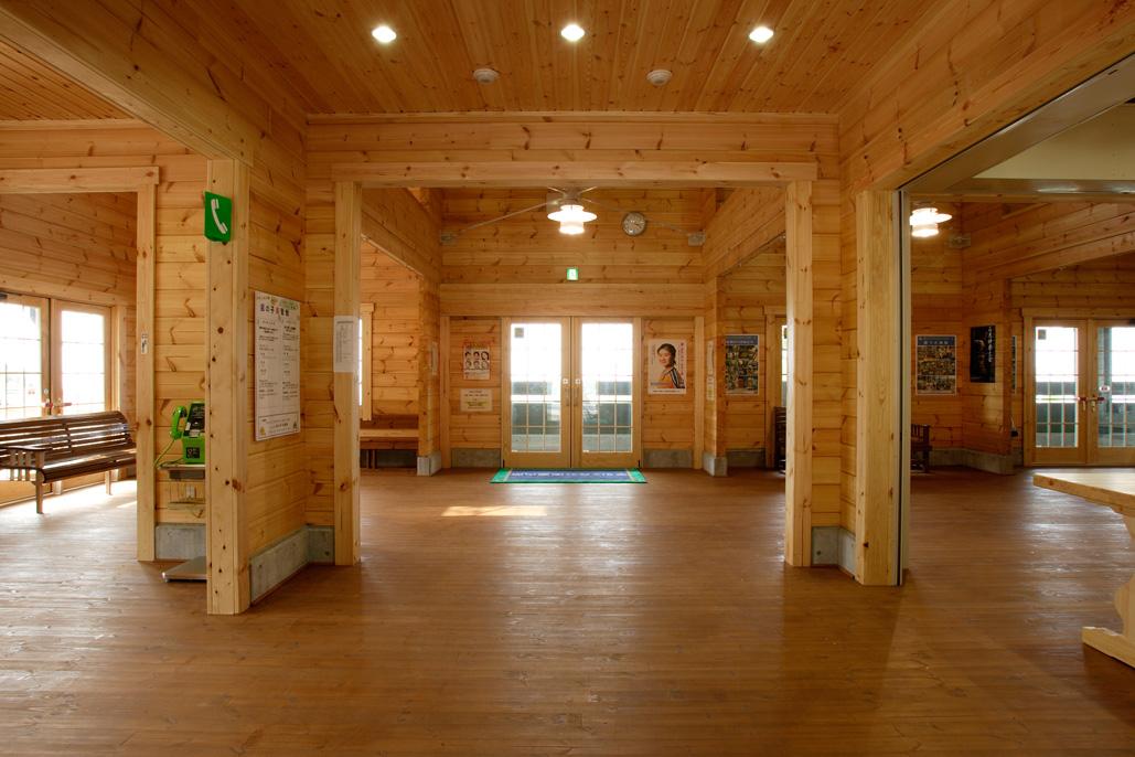 大きな吹き抜けのある待合室はノスタルジーが漂い、旅への想いを膨らませてくれる