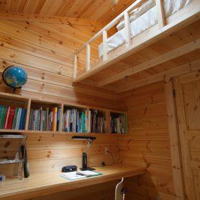 天井が高い子供室のベッドはロフト式に。