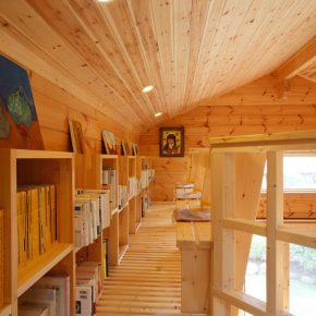 ロフトの吹き抜けに面した部分の床を一部すのこ状にして楽しい雰囲気のライブラリーコーナーに。