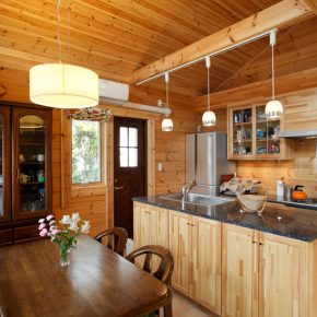 アイランド型のキッチンはオーダーメイド。ダイニングとキッチンの床はタイル張りに。汚れを気にしなくていいので正解でした。