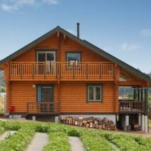 眺望のよい屋根付きデッキがあるDログハウス
