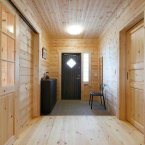 ゆったりした玄関ホール。扉の脇には明かり取りのガラスブロック。