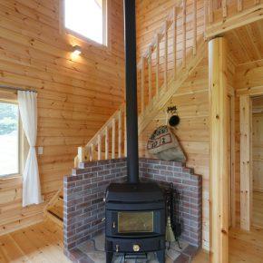 リビングの吹き抜けに設置した薪ストーブ。