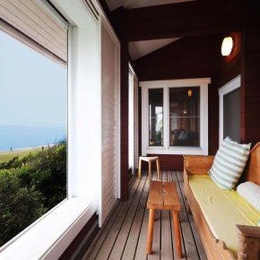 目の前に海を臨み、大きな高低差のある特殊な敷地条件を設計に生かしたリゾートのログハウス