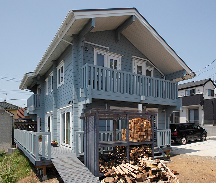 ブルーのカラーリングと総2階建てのモダンなデザインで、周辺の家とも違和感がありません。