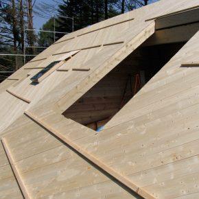 通常は合板を張って強度を確保する屋根や2階床の下地に、無垢板を斜め張りして強度を確保しています(写真は施工中)