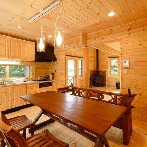 ダイニングキッチンには個性的なテーブルが置かれている。奥のリビング吹抜には薪ストーブを設置