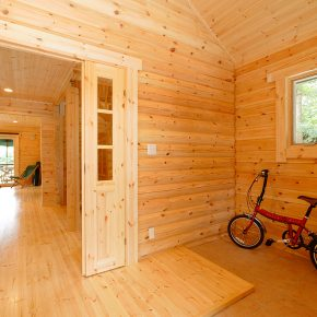 玄関には自転車が置けるようにゆったりとしたスペースを確保している