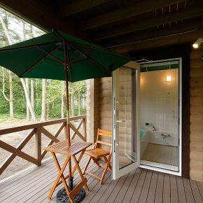 浅間山を望む浴室にはデッキへの出入りもできる