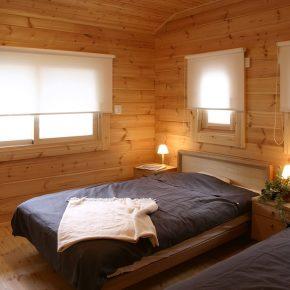 2階の寝室は総2階建てログハウスならではの広さを確保