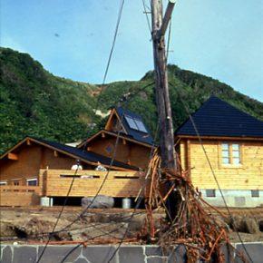 大地震後のログハウス