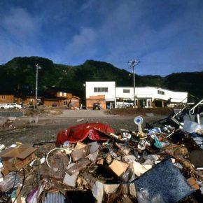 大地震後の周辺の様子。左側奥がログハウス。