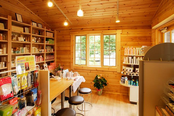 化粧品販売の店舗を併設した住宅ログハウス