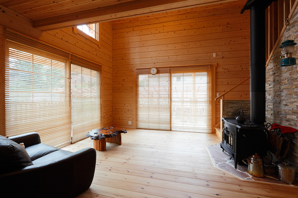 国産檜の香り漂う、大屋根の住宅ログハウス