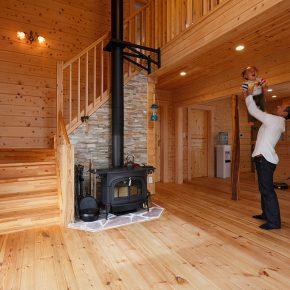 檜の良い香りが漂うリビングの中心には薪ストーブが