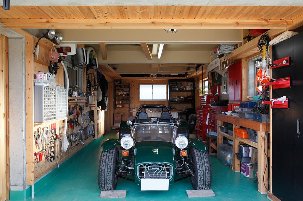ガレージでスーパーセブンと過ごすための別荘