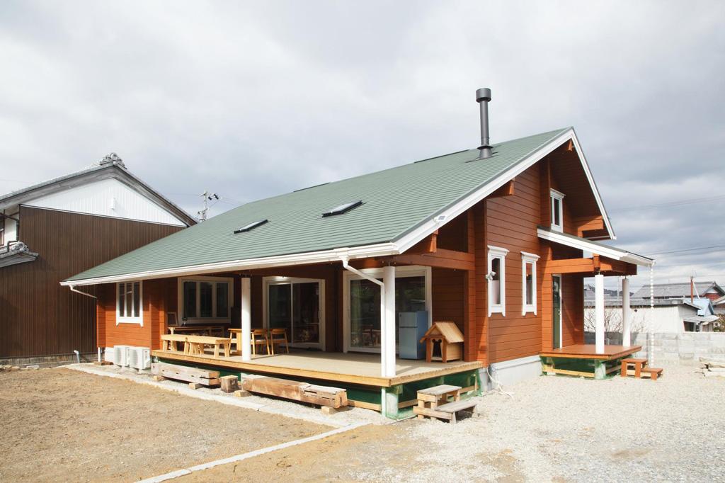里山の風景にもとけ込むこだわりの平屋ログハウス