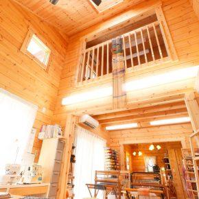 ウッディーなインテリアが人気のカフェと手織り教室