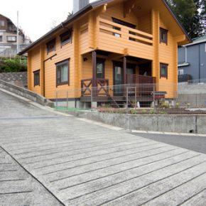 アシンメトリーな外観が印象的な海辺の町の住宅