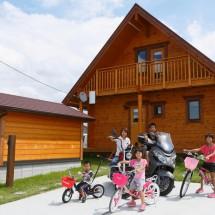 リビングが遊び場!滑り台とブランコがある家