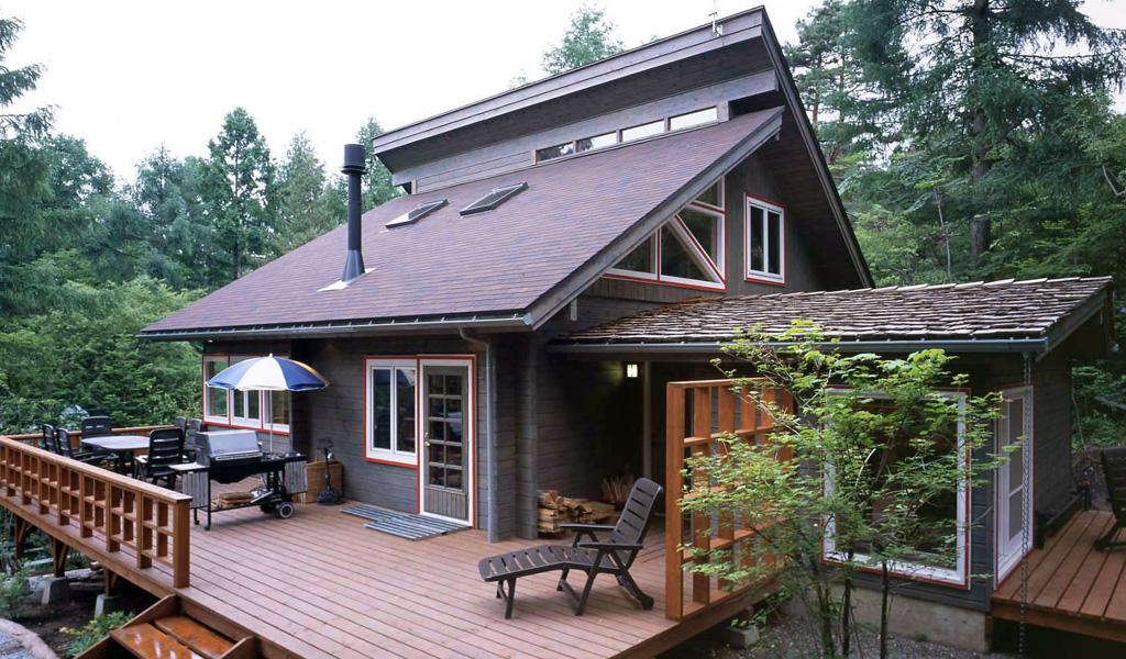 招き屋根が個性的。洗練された森の隠れ家