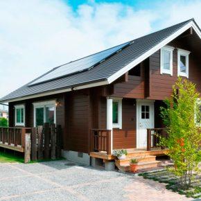 ダークブラウンの外観が落ち着いた印象の平屋住宅