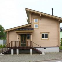 片流れ屋根のモダンな外観とオープンで贅沢な空間
