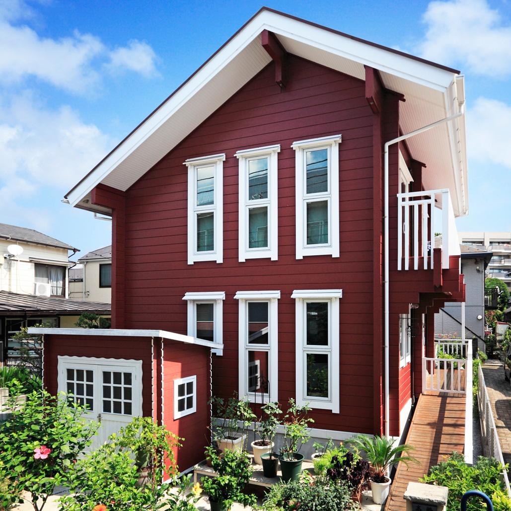 北欧テイスト漂う上品なカラーリングの外観が 住宅地に映える